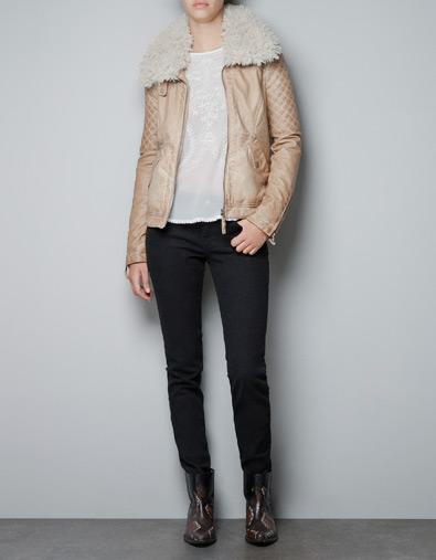 Una chaqueta de piel beige, de ZARA